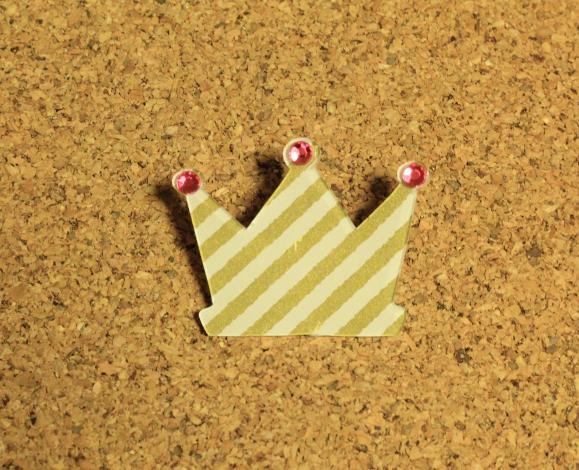 王冠のプラ板ブローチ