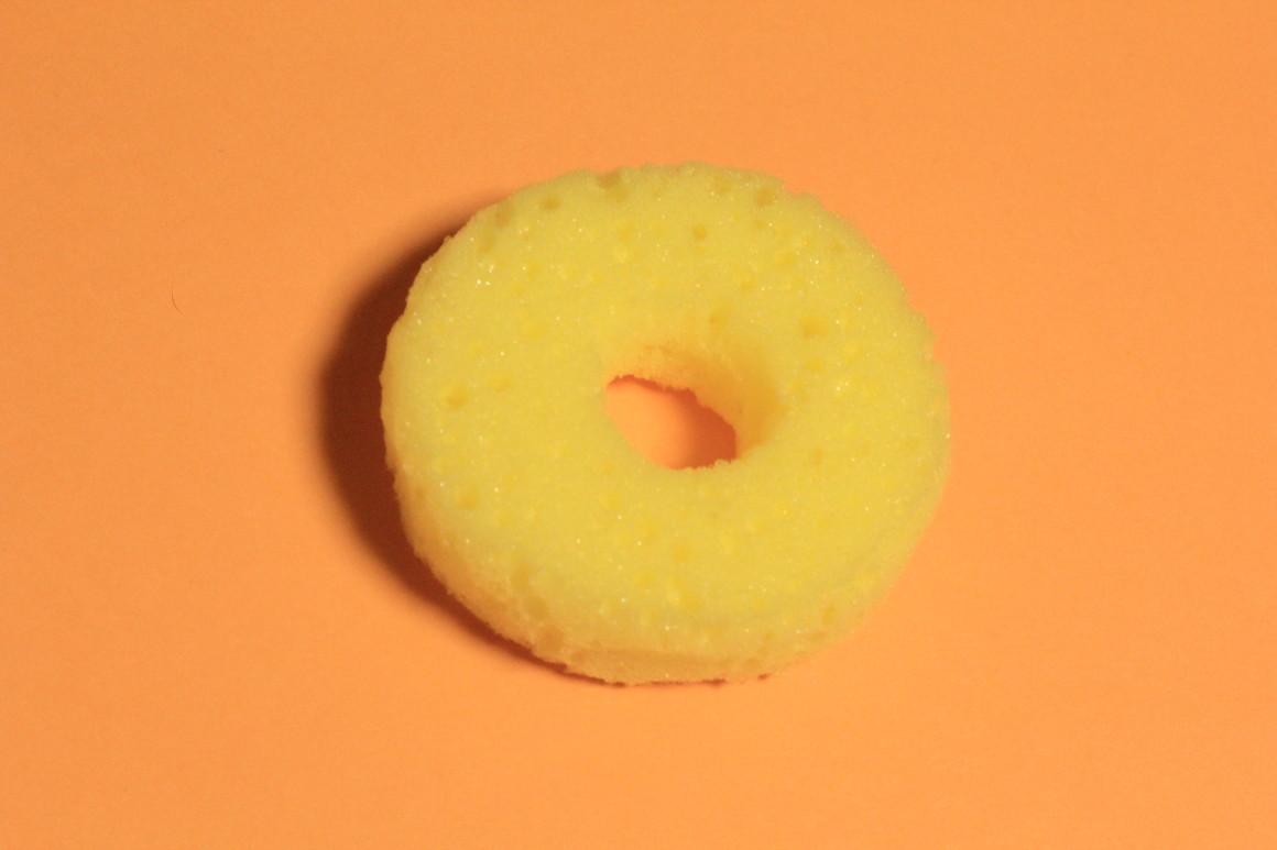 ドーナツ型のスポンジ
