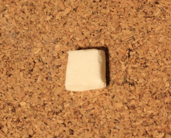 白いガラス絵の具を塗ったバターに見立てたパフ