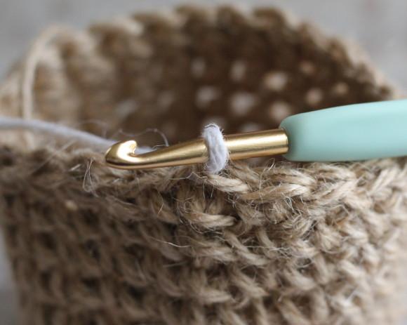 糸を変えて鎖編み1で立ち上げる