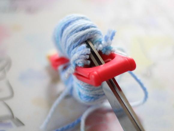 毛糸の真ん中をはさみで切る