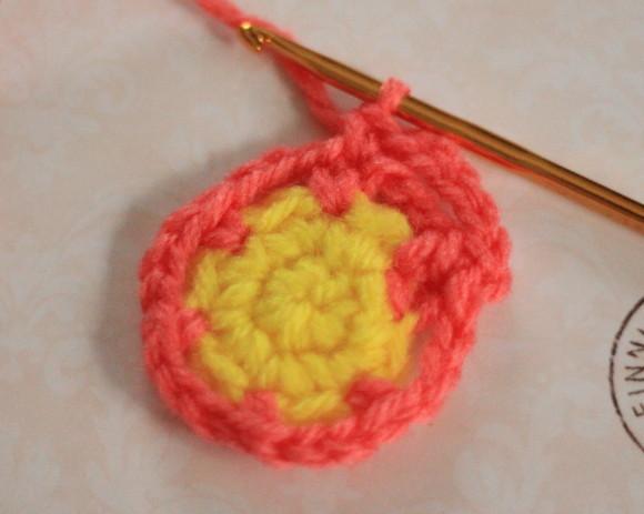 前段の細編みの間に細編みを1目編む