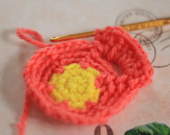 スペースに長編みを7回編み入れる