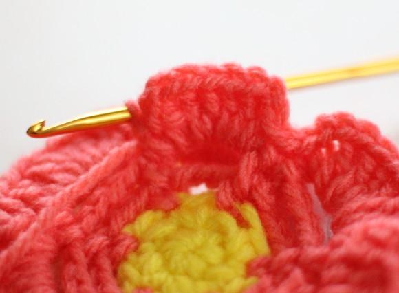 スペースに長編み5目を編み入れる