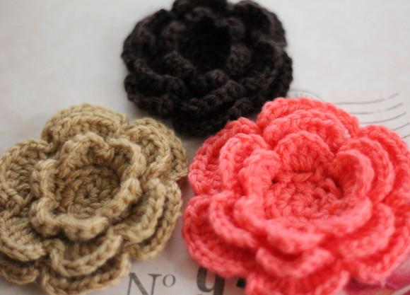 かぎ針で編んだ立体の花