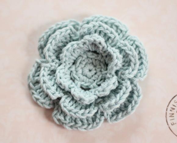 コットン糸で編んだ立体の花