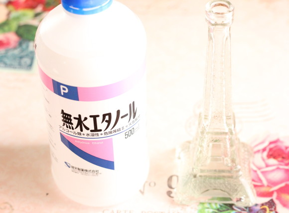 瓶の中に無水エタノールを入れる
